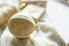圣诞节新年提出包装 在工艺纸的礼物盒栓与麻线手工制造亚麻制织品球编织了毛线衣 免版税库存图片