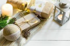 圣诞节新年提出包装 在工艺纸的礼物盒栓与麻线手工制造织品装饰品球白色毛线衣 免版税库存图片