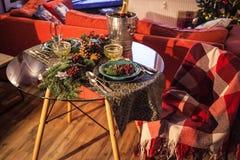 圣诞节新年概念设置平衡的假日桌光 图库摄影