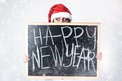 圣诞节新年概念 在圣诞老人帽子的模型XXL有chalkboa的 免版税图库摄影
