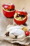 圣诞节新月形面包和红色苹果充塞用干果子 免版税库存图片
