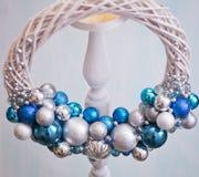圣诞节新的花圈年 颜色:蓝色,蓝色,银色,白色 免版税库存图片