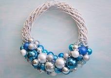 圣诞节新的花圈年 颜色:蓝色,蓝色,银色,白色 库存图片