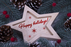 圣诞节新年假日与木五的贺卡指向了星冷杉分支锥体红色莓果和文本节日快乐 免版税库存图片