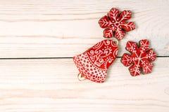 圣诞节新年假日背景 红色姜饼曲奇饼 免版税库存图片