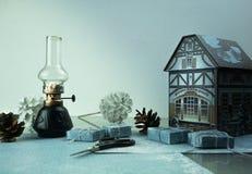圣诞节新年度 戏弄房子,杉木锥体,礼物,煤油灯 文本的空间 免版税图库摄影