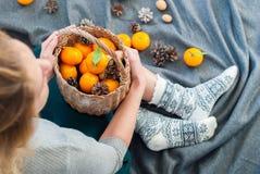 圣诞节新年构成妇女蜜桔 库存照片