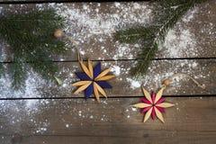 圣诞节新年装饰构成 毛皮树分支和星框架顶视图在木背景 库存照片