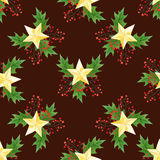 圣诞节无缝的样式用霍莉莓果、叶子和金黄星在酒的背景 手凹道水彩样式 免版税库存照片