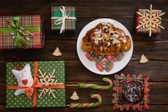 圣诞节早晨桌用新月形面包和礼物 顶视图 免版税库存图片