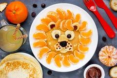 圣诞节早餐想法狮子薄煎饼 免版税图库摄影