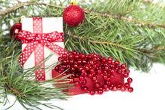 圣诞节时钟、中看不中用的物品装饰和雪杉树 背景查出的白色 库存照片