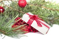 圣诞节时钟、中看不中用的物品装饰和雪杉树 隔绝在whi 免版税库存照片