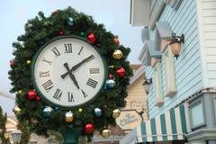 圣诞节时钟和冷杉分支 免版税库存照片