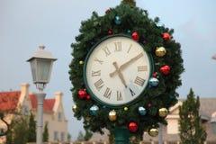 圣诞节时钟和冷杉分支 库存照片