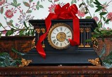 圣诞节时钟壁炉台 库存照片