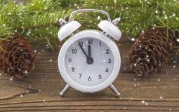 圣诞节时钟是有冬天修剪的一个白色闹钟 免版税库存图片