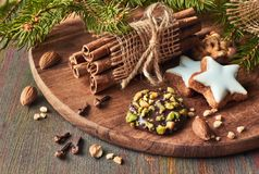 圣诞节时间、特写镜头在各种各样的曲奇饼与坚果和香料 免版税库存图片