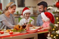 """圣诞节时间享用在圣诞晚餐的†""""家庭 图库摄影"""