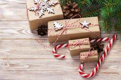 圣诞节时间概念、圣诞节礼物和传统新年甜点棒棒糖在木bachground 顶视图拷贝空间 免版税图库摄影