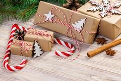 圣诞节时间概念、圣诞节礼物和传统新年甜点棒棒糖在木bachground 顶视图拷贝空间 免版税库存图片