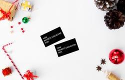 圣诞节时间的名片构成 锥体和圣诞节装饰在白色背景 免版税库存图片
