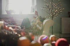 圣诞节时间的疲乏的女孩 免版税库存图片