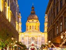 圣诞节时间在布达佩斯在夜之前照亮了圣斯德望与假日街道装饰的` s大教堂圆顶  库存图片
