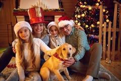 圣诞节时间花费与家庭 免版税库存图片
