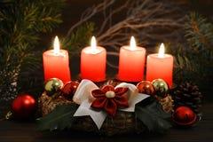 圣诞节时间:四个灼烧的蜡烛 免版税库存图片