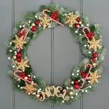 圣诞节明亮地上色了金子查出的noel o装饰品pinecones空白字花圈 库存照片