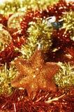 圣诞节星形、球和闪亮金属片 库存图片