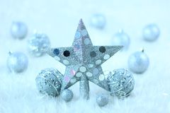 圣诞节星形和球 免版税库存照片