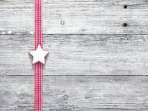 圣诞节星形饼干和欢乐丝带 库存图片