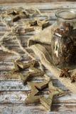 圣诞节星,一个瓶子的诗歌选在一张木老桌上的茴香 免版税库存图片