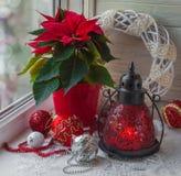 圣诞节星(大戟属pulcherrima)在窗口和基督 免版税库存照片