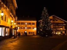 圣诞节晚上在奥地利阿尔卑斯的一个村庄 库存图片