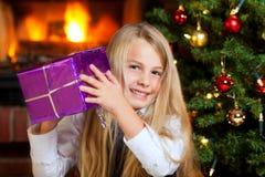圣诞节暂挂一点的礼品女孩微笑 免版税库存照片