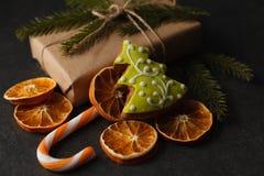 圣诞节曲奇饼、核桃、坚果、杉木锥体和冷杉分支 免版税库存图片