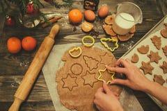 圣诞节曲奇饼切割工做形状的面团姜饼担任主角 免版税图库摄影