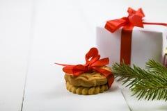 圣诞节曲奇饼和一个箱子有一把红色弓的 免版税库存照片