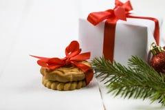 圣诞节曲奇饼和一个箱子有一把红色弓的 图库摄影
