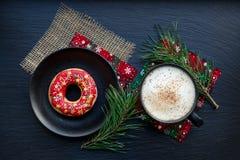 圣诞节曲奇饼和一杯咖啡 免版税库存图片