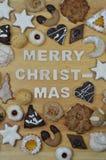 圣诞节曲奇饼和圣诞快乐 免版税图库摄影