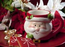 圣诞节曲奇饼和圣诞老人杯子 免版税图库摄影
