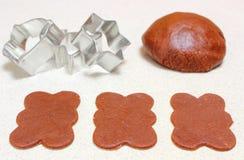 圣诞节曲奇饼和曲奇饼切削刀的姜饼面团 免版税库存图片
