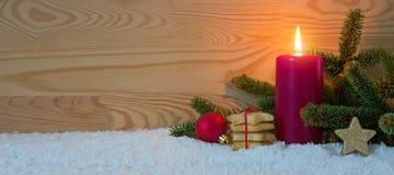 圣诞节曲奇饼和红色出现蜡烛 抽象空白背景圣诞节黑暗的装饰设计模式红色的星形 免版税库存照片