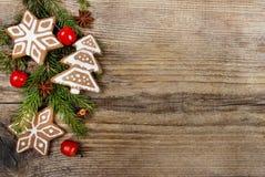 圣诞节曲奇饼和苹果在木背景 免版税库存照片