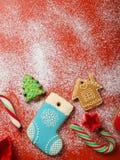 圣诞节曲奇饼和candys在红色背景 免版税图库摄影