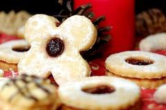 圣诞节曲奇饼在与一个蜡烛的背景中 库存照片